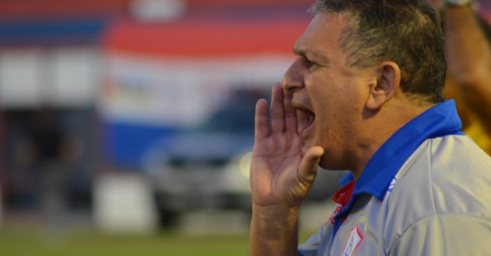 Veiga comandou o time à beira do gramado (Foto: Felipe Martins/GLOBOESPORTE.COM)