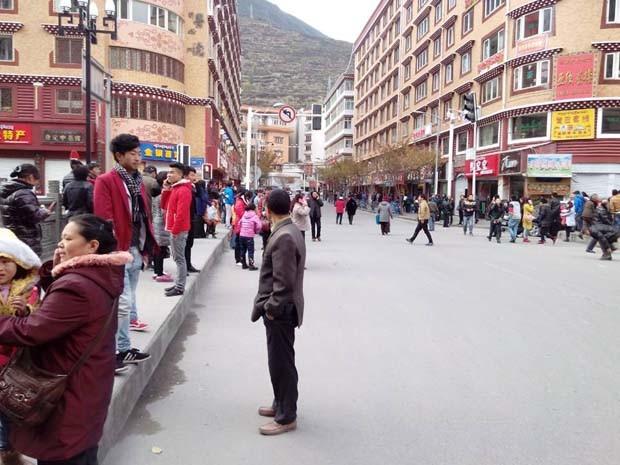 Nesta foto divulgada pela agência de notícias Xinhua, moradores permanecem em áreas externas após um forte terremoto atingir uma área montanhosa no oeste da China, matando pelo menos uma pessoa, no sábado (22) (Foto: Liu Guoqian, Xinhua/AP)