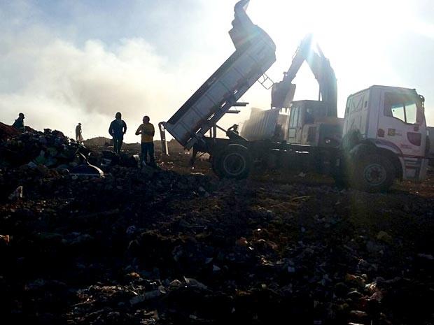 Caminhão deixa dejetos no lixão da Estrutural, no DF (Foto: Isabella Formiga/G1)