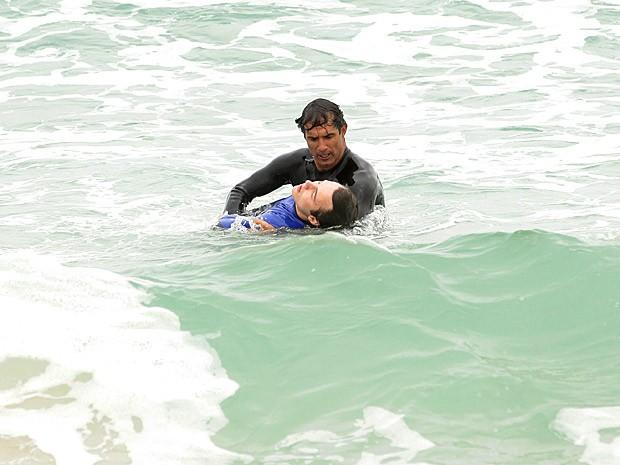 Gilson entra na água e encontra Samuel desacordado (Foto: Cheias de Charme / TV Globo)
