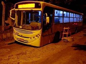 Ônibus também ficou atolado (Foto: VC no G1)