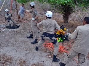Bombeiro se prerara para descer e resgatar vítima, no Piauí (Foto: Kairo Amaral/Portal Costa Norte)