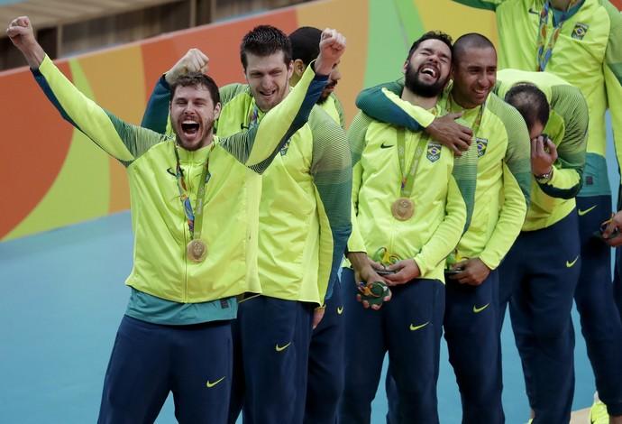Seleção campeão olímpica do vôlei no pódio (Foto: AP Photo/Jeff Roberson)
