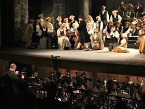 Músicos foram alocados embaixo do palco do Teatro Amazonas (Foto: Girlene Medeiros/G1 AM)