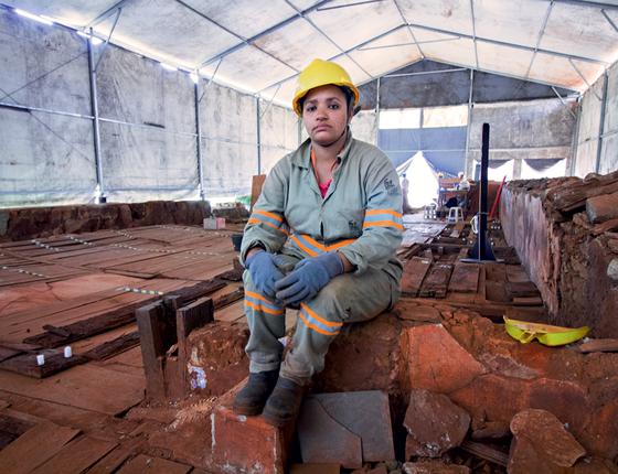 Eliane Salgado a jovem nas escavações da igreja devastada onde busca de imagens de santos e peças de valor soterradas (Foto:  Rogério Cassimiro/ÉPOCA)