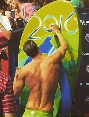 Michael Phelps assina o chinelão gigante após se classificar para o Rio (Foto: Reprodução Facebook)