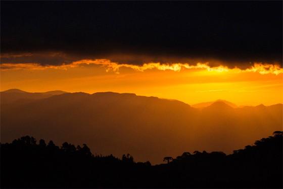 O sol de outono ilumina as montanhas da Serra da Mantiqueira (Foto: © Patrícia Penteado)