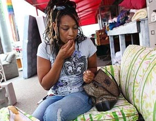 A norte-americana Adele Edwards, que mora em Bradenton, no estado da Flórida (EUA), sofre de um vício estranho há mais de 20 anos. A mulher não consegue parar de comer espuma de sofá (Foto: Reprodução)