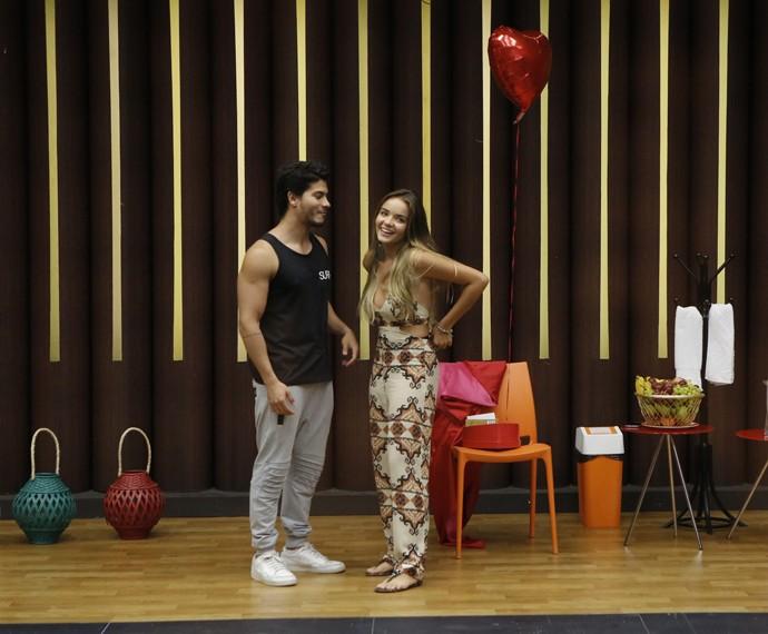 Arthur e Camila conversam durante o ensaio (Foto: Fábio Rocha / Gshow)