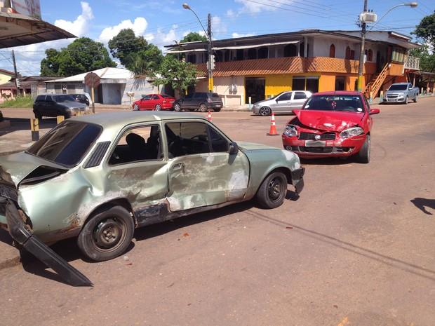 Veículos ficaram com as frentes amassadas (Foto: John Pacheco/G1)