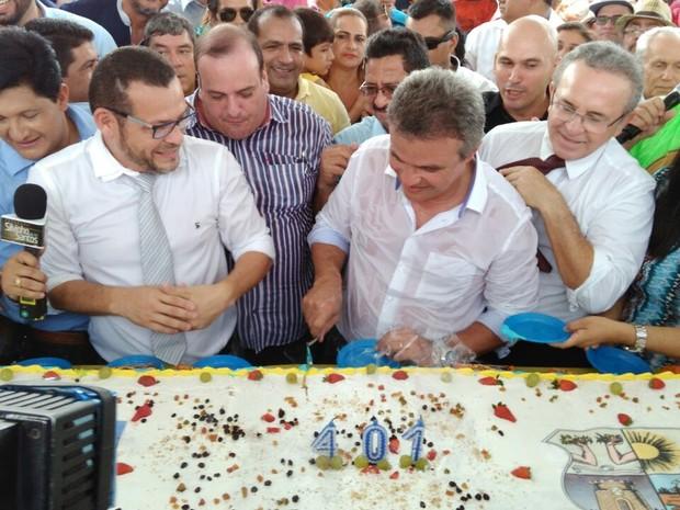 Prefeito de Belém corta primeira fatia do bolo, que foi distribuído para população (Foto: Arthur Sobral / G1)