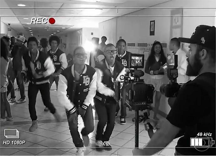 Lucas e Orelha mostram bastidores de gravação (Foto: Vídeo Show / Gshow)