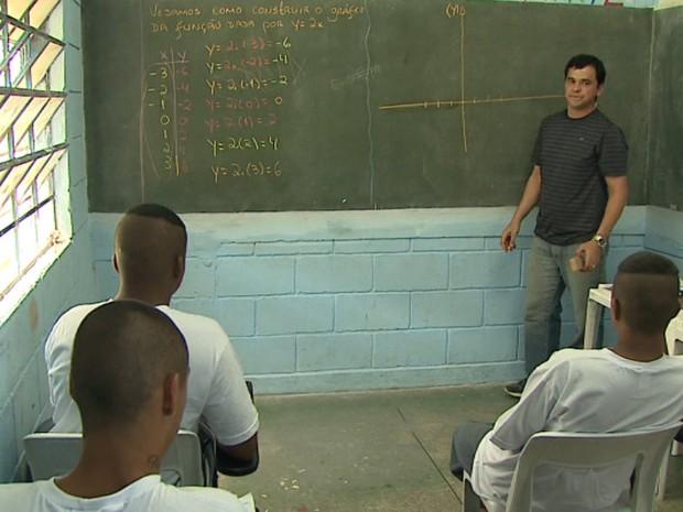 Professor Hugo Tortorelli dá aula para finalistas da Obmep na Fundação Casa de Araraquara (Foto: Marlon Tavoni/EPTV)