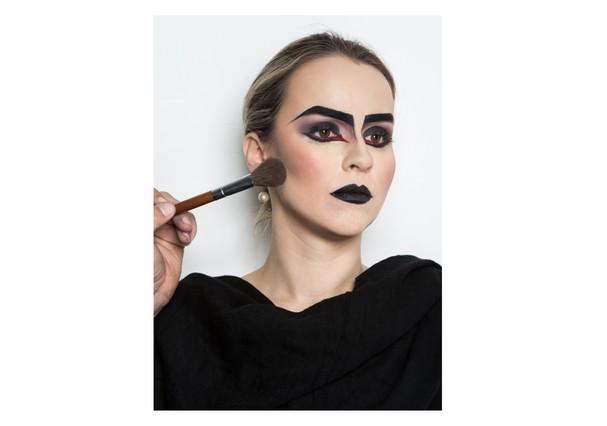 Blush escuro = mais contraste no contorno no rosto (Foto: Larissa Felsen)