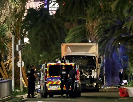 Policiais diante do caminhão usado no crime (Foto: VALERY HACHE/AFP)