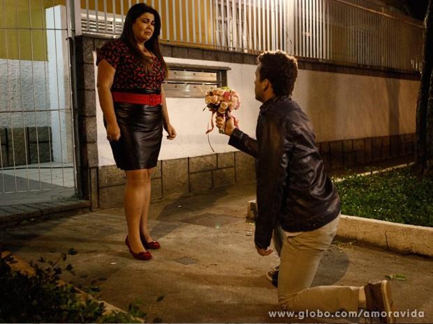 Ele a pede a em casamento, mas ela não acredita (Foto: Amor à Vida/TV Globo)