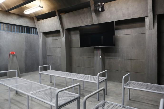 Uma sala de TV também faz parte do presídio fictício (Foto: Gshow/Ellen Soares)
