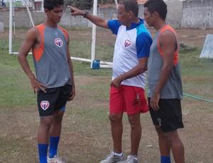Para voltar a vencer, Meinha orienta os jogadores do Maranhão (Foto: Bruno Alves/Globoesporte.com)