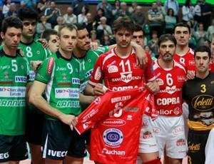 Homenagem a Bovolenta no jogo Cuneo x  Piacenza (Foto: Divulgação /  site oficial Cuneo)