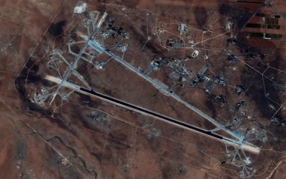 Base aérea de Shayrat atacada por mísseis americanos (Foto: divulgação - Força Aérea Americana)