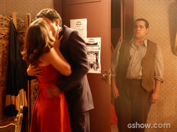 Odilon sofre ao ver o beijo entre Belmira e Nuno (Foto: Joia Rara/ Tv Globo)
