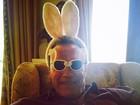 Arnold Schwarzenegger posta foto com orelhas de coelhinho da Páscoa