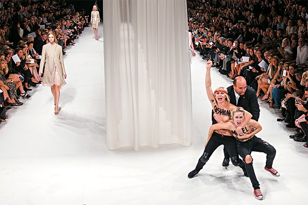 Manifestantes do Femen num desfile de moda, em Paris   (Foto: Jacques Brinon/AP)