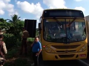Ônibus que foi assaltado na BR-324, em Salvador (Foto: Imagem/TV Bahia)
