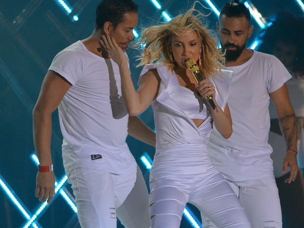 Claudinha sensualizou com os dançarinos, durante o show (Foto: Max Haack/Ag. Haack)