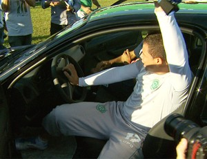 Brincadeira vale carro para goleiro reserva do Guarani (Foto: Reprodução EPTV)