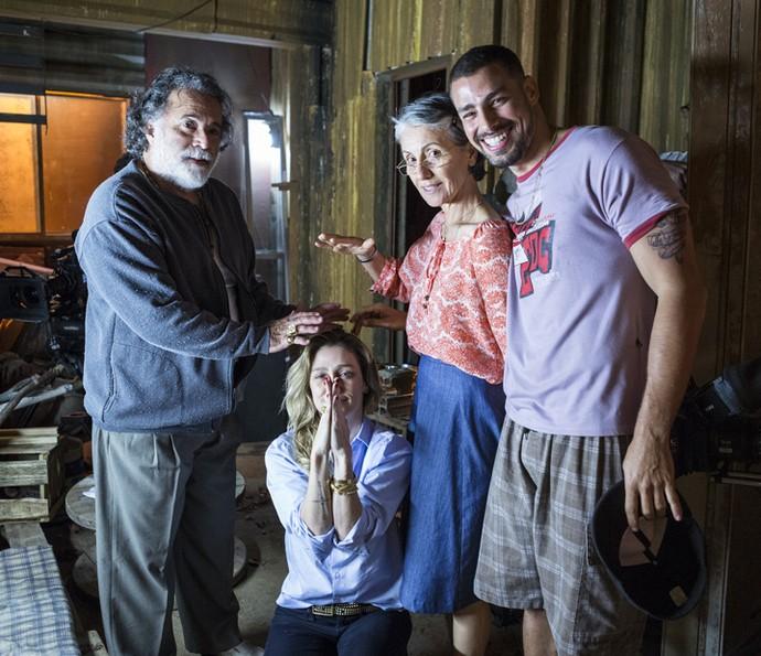 Tony Ramos, Cassia Kis, Cauã Reymond se divertem com a diretora Amora Mautner (Foto: Ellen Soares/ Gshow)