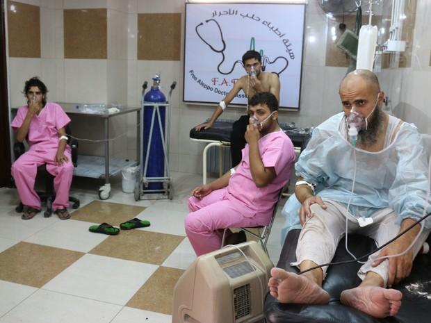 Sírios com dificuldade de respirar são atendidos nesta terça-feira (6) em hospital de Aleppo após ataque do regime sírio (Foto: THAER MOHAMMED / AFP)