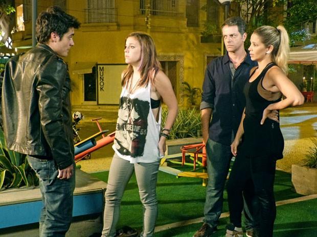 Flagra! Lorenzo chega na pracinha e dá de cara com Lia e Vitor. Ih, deu ruim! (Foto: Malhação / Tv Globo)