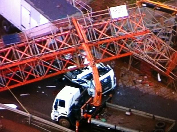 Passarela cai em cima da carreta em via do Gama, no DF (Foto: Reprodução/ TV Globo)