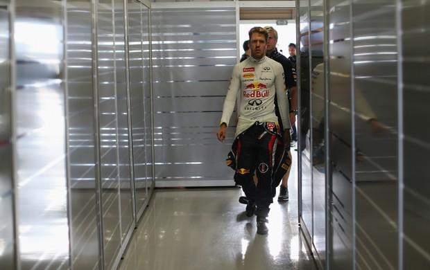 Sebastian Vettel nos boxes da RBR durante treino classificatório para GP do Japão (Foto: Getty Images)