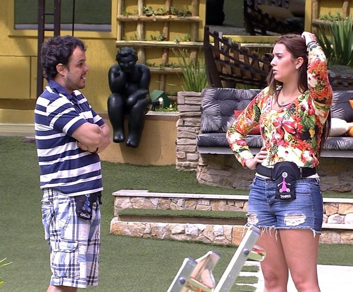 O ex-brother conversa com Tamires na parte externa da casa (Foto: TV Globo)
