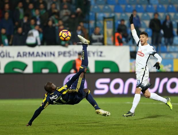 Moussa Sow faz gol de bicicleta pelo Fenerbahçe