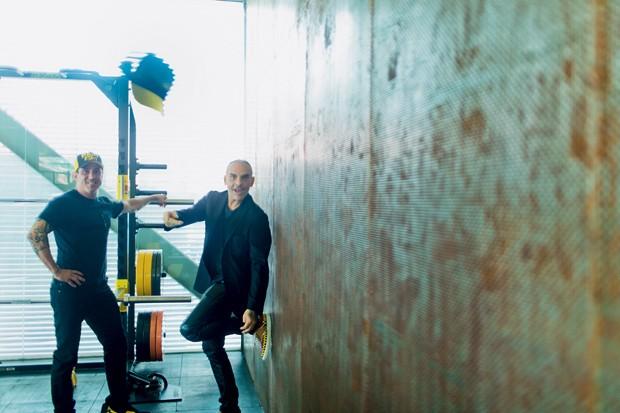 Ruy Drever (de boné), fundador da empresa, ao lado do novo sócio: o plano é convencer as celebridades a vestirem  (Foto: Claus Lehmann)