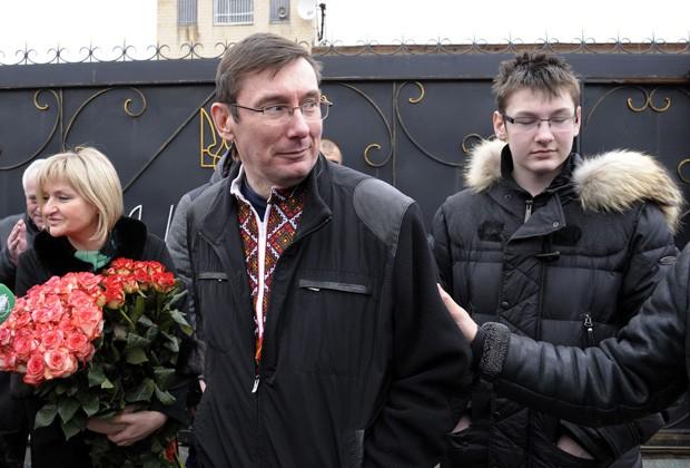 Yuri Lutsenko é recebido pela mulher e filho ao deixar prisão na Ucrânia neste domingo (7) (Foto: Aleksander Kosarev/AP)