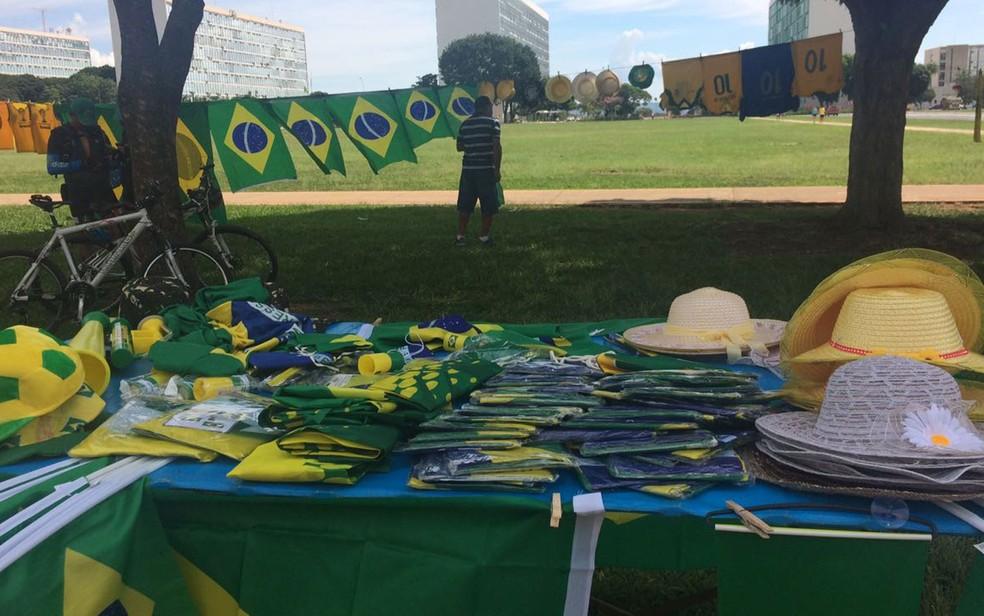 Banca com bandeiras do Brasil, camisetas e chapéus montada na Esplanada dos Ministérios (Foto: Letícia Carvalho/G1)