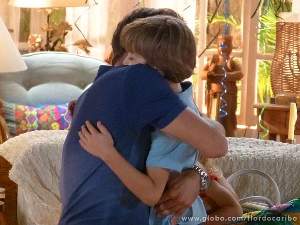 Samuca abraça pai sem jeito (Foto: Flor do Caribe / TV Globo)