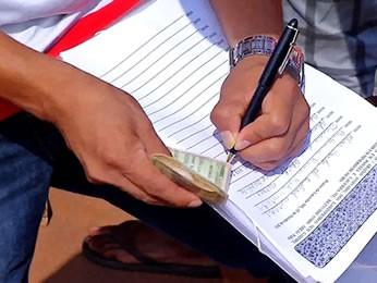 Garimpeiros recolhem assinatura para legalizar extração (Foto: Reprodução/TVCA)