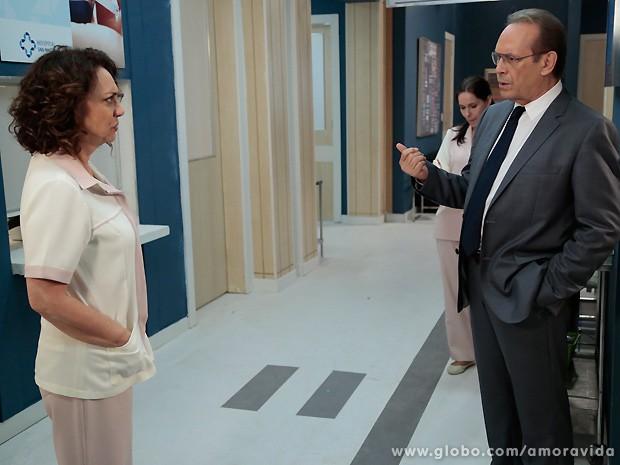 Herbert conta a Ordália que está gostando de uma jovem (Foto: Felipe Monteiro / TV Globo)