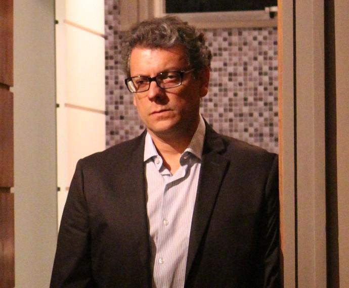 Miguel quer saber o que Rodrigo quer guardar de João (Foto: Thaís Dias)