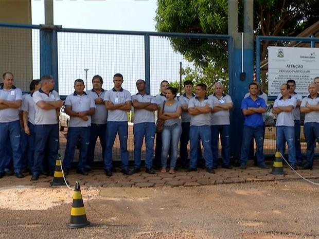 Agentes de empresa terceirizada cruzam os braços na frente da Casa de Prisão Provisória de Palmas (Foto: Reprodução/TV Anhanguera)