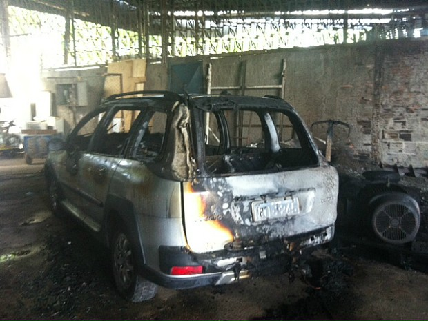 Veículo que estava no interior do depósito foi atingido pelo fogo (Foto: Suelen Gonçalves/G1 AM)