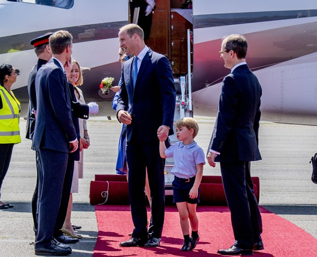 BERLIN, GERMANY - JULY 19:  Prince William, Duke of Cambridge, Catherine, Duchess of Cambridge with Prince George of Cambridge and Princess Charlotte of Cambridge as they arrive at Berlin Tegel Airport during an official visit to Poland and Germany on Jul (Foto: Getty Images)
