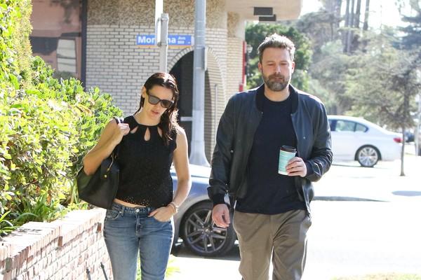 O aor Ben Affleck e a atriz Jennifer Garner passeam juntos em Santa Monica, Califórnia (Foto: Getty Images)