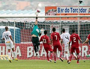 Saulo faz defesa pelo Guará em jogo contra o Vitória (Foto: Comunicação Guaratinguetá Futebol/ Divulgação)