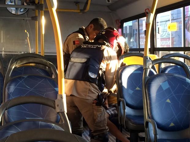 Passageiro recebeu primeiro socorros de uma equipe de resgate do Corpo de Bombeiros (Foto: Walter Paparazzo/G1)